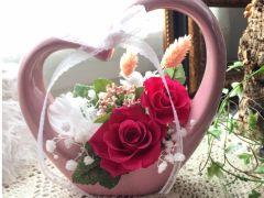 ご要望により花材の差し替えも可能な時も、、、かすみ草とアジサイを差し替えました。濃いピンク色のバラも鮮やかです♪