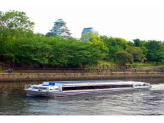 全面ガラス張りのアクアライナーからは、大阪城がご覧いただけるポイントも!