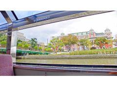 大きなガラス張りの窓からは、水面に近い低めの目線。陸上とは一味違った観光が楽しめます。