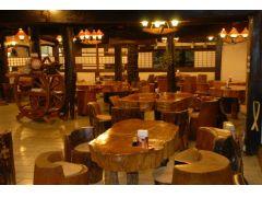 お食事処庄屋★ 移築してきた歴史ある建物です♪ 丸太のテーブルとイスが木のぬくもりを感じさせます!
