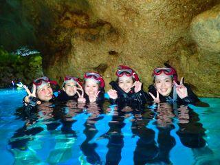 幻想的な青の洞窟へ!
