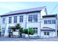 天草文化交流館は、昭和10年に教育者の育成を図る目的で建設され、その独特な西洋風な建築が貴重な建造物として認められ、国の「登録有形文化財」に登録されています。
