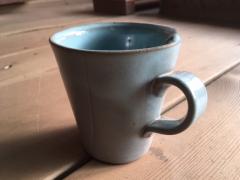 こんなカップを作ります。取っ手が難しいですが、インストラクターに聞きながら進めれば安心です。