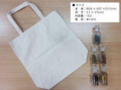 シンプルで使いやすいサイズのトートバッグを染めます。薄手の生地となりますので折り畳んでエコバッグとしてご利用いただけます。