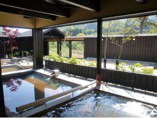 静かに流れるお湯にからだをまかせ、五感すべてで四季を感じられる最高の露天風呂です。