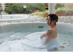 洋風露天風呂は白いタイルを敷き詰めた解放感あふれるお風呂です。ハーブなどの木々に囲まれてリラックスできます。