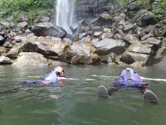 滝つぼでは泳ぐことも日頃の都会から非日常へ