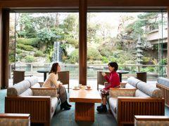 日本庭園が広がる開放的なロビーラウンジ「エビアン」