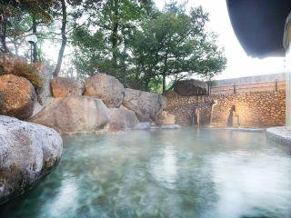 巨岩に囲まれた野天風呂「龍神の湯」(男性)
