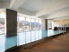 下呂の街並みや緑豊かな景色が広がる「展望大浴場」