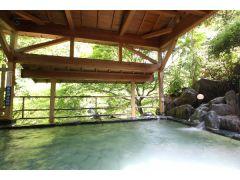 奥長瀞の清らかな渓流と満願滝を眼下に望む、総石造りの露天風呂が当館自慢の「黄金の湯」です