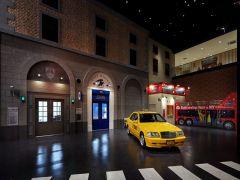 ポリスステーションとポストオフィス、その隣にはニューヨークの市内観光バス☆