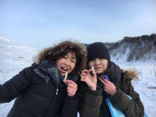 凍った湖の上でのわかさぎ釣り!! 天ぷら最高~