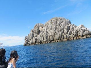 高さ30m以上ある大きな岩礁が久多島です。ボートで近づくとかなりの迫力で、岩場に上ることもできますよー