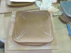 タタラ作りも可能です。タタラ作りでは自由度が高く板状で変化をつけることができます。