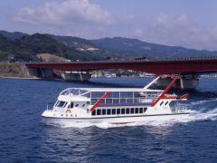 浜名湖遊覧船と東名高速道路の浜名湖にかかる橋