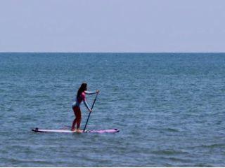 青島海岸でSUPに挑戦!浮力の高いボードを使用し、比較的に簡単に波に立つことができます。全く初めての方、初心者、お一人での女性も大歓迎です。