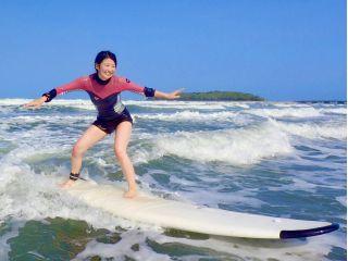 青島のやさしい波で、サーフィンに挑戦!浮力の高いボードを使用し、比較的に簡単に波に乗ることができます。全く初めての方、初心者、お一人での女性も大歓迎です。