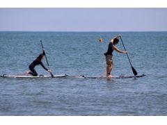 ボードの上でパドルを使い漕ぎ出し、自分の力だけで推進力を得るSUPは、大人の冒険心をくすぐる。