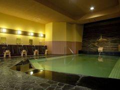 【芭蕉の湯 大浴場】レトロなモザイクタイルが印象的な大浴場。(13:00~18:00 男性用)
