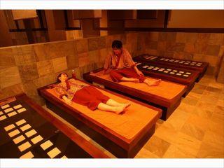岩盤浴 効果的な発汗を促す峰蘇石がベースの岩盤浴。男女共用ですのでカップル一緒にご利用できます。