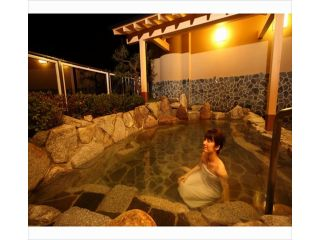和風露天風呂 館内にある温泉はすべて天然温泉♪露天風呂からの煌めく夜景に日頃の疲れを癒す。
