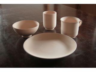 まずは素材を選びますお皿、マグカップ、お茶碗、お湯のみを用意しております