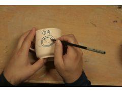 本番は「ゴス」と呼ばれる青い顔料を使い筆で書いていきます、緊張の作業です
