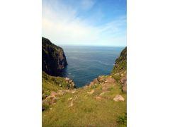 100M以上の高い崖から海を見下ろします