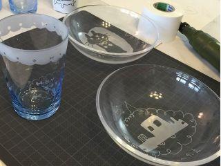 お皿やコップにお好きなデザインを描きましょう!