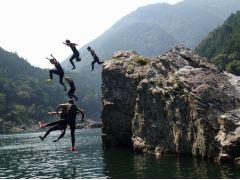 岩場から大ジャンプ!!