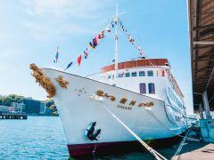 広島港に停泊中のクルーズ船「銀河」、ここから宮島までのクルージングが始まります!