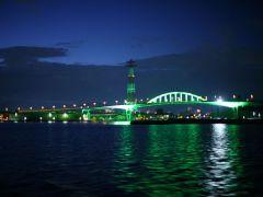 ライトアップされた「宇品大橋」