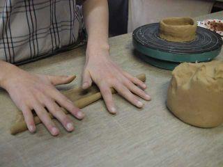 粘土をひも状に伸ばしているところです