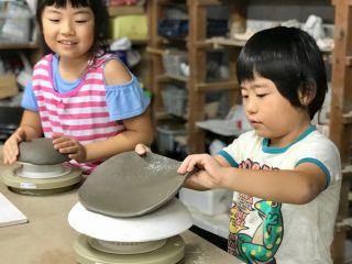 板状の粘土から型を使って形作り!小さなお子様から大人まで、簡単なのに綺麗な仕上がりが人気です。