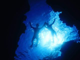 太陽の光が射し込む海中は神秘的!