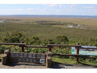 釧路湿原を東側の細岡大観望より観たところ。雄大な釧路湿原を一望でき、湿原の中を流れる川の蛇行も観られます。