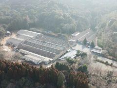 10,000坪の敷地に工場と倉庫があります。画面右の横長建物が倉庫です。