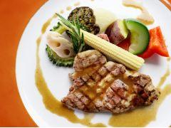 お肉料理一例 お隣り武雄市のブランド豚 若楠ポークのグリル脂身の口どけの良さと、きめ細やかな肉質が特徴です。