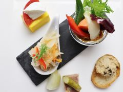 前菜一例 地元の食材とイタリアンの伝統と技を融合した一皿。