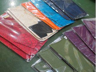 北海道ならではのエゾシカ、さめ革、へび革、ダチョウ革、トカゲ革等のエキゾチックレザーの種類が豊富なのも当店だけの特徴!