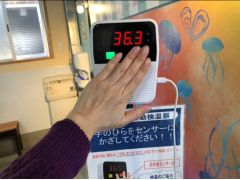 【コロナ感染対策】2.入口には検温器を設置!事前の体調チェックをおこなっています