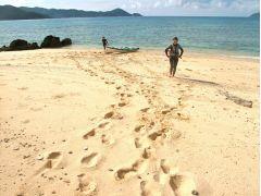 誰もいない白い海岸を裸足で堪能