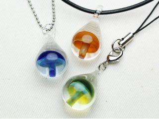 透明のガラスのしずく型の中に、きのこが閉じ込められているパーツを製作します。
