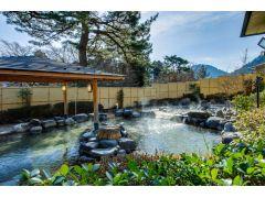 【日帰り温泉 森の湯】箱根外輪山の絶景が見られる露天風呂に、落ち着いた雰囲気の内湯。都会の喧騒から離れ、お寛ぎいただけます。