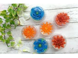 水中花の様にゼリーの中に花びらを1枚1枚咲かせていきます。食べても美味しく 協会オリジナルで冷凍保存も可能です。