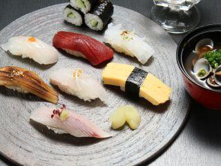 寿司御膳(写真はイメージです。季節によって食材が異なりますので、ご了承くださいませ。)