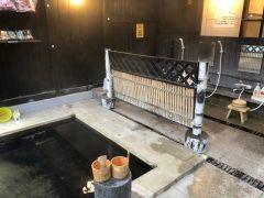 女性屋根付き露天風呂 洗い場も8か所完備しております。混合温泉 硫黄と単純温泉を注いでおります