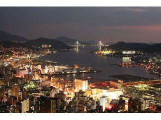 ホテルからの夜景。鶴の港と呼ばれる長崎港を中心に市街を一望。もちろん全室からご覧いただけます。