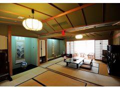 10畳と6畳の2間の和室。数寄屋造りの純和風の客室です。
